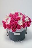 Шляпная коробка из малиновых роз и орхидей