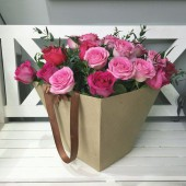Цветы в коробке 27 роз и зелень