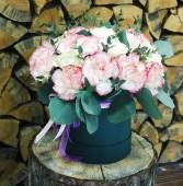 Шляпная коробка с розами и гвоздиками