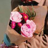Букет розы с астрами, эвкалиптом в крафт-бумаге