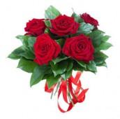 Букет ‹‹5 красных роз с салалом››